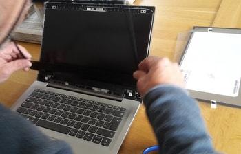 レノボ ideapad s320 ディスプレイ交換方法 画面の枠を外す方法