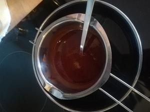 お湯に柄付きボールを浮かべ、チョコレートを溶かす
