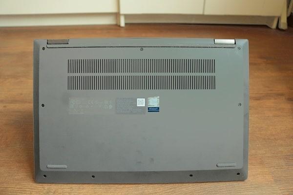 Lenovo IdeaPad Flex 550 14 AMDの底面排気口