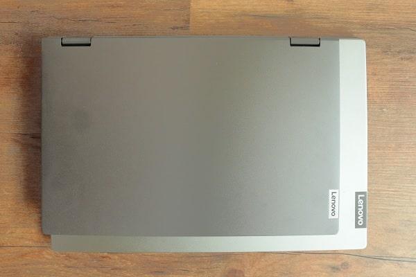 Lenovo IdeaPad Flex 550 14 AMDと15.6型のノートパソコンの大きさ比較