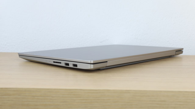 Lenovo IdeaPad Slim 550i 15のエッジ