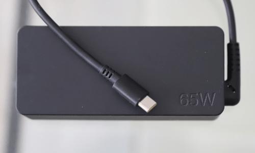 Lenovo ThinkBook 13s Gen 2の充電アダプター