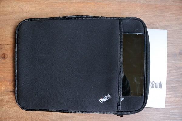 スリーブケースにThinkBook 13s Gen 2とIdeaPad Duet Chromebookを入れた状態