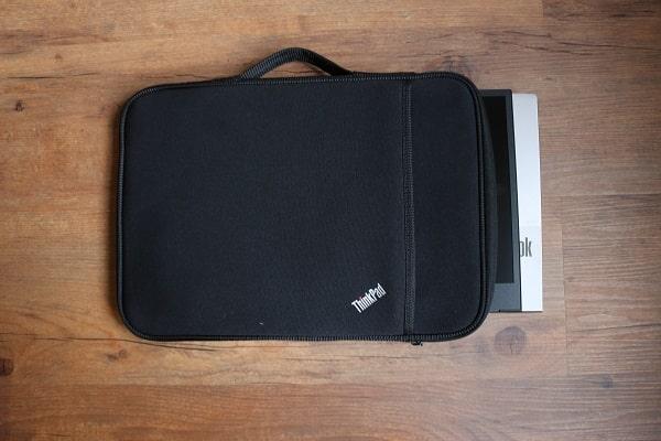 ThinkPad 13インチ スリーブケースにLenovo ThinkBook 13s Gen 2とThinkVision M14を入れた写真