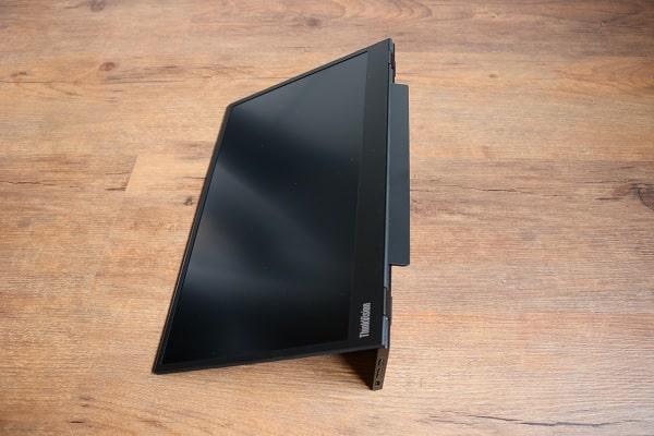 Lenovo ThinkVision M14の外観 底面にあるスタンドを出した状態