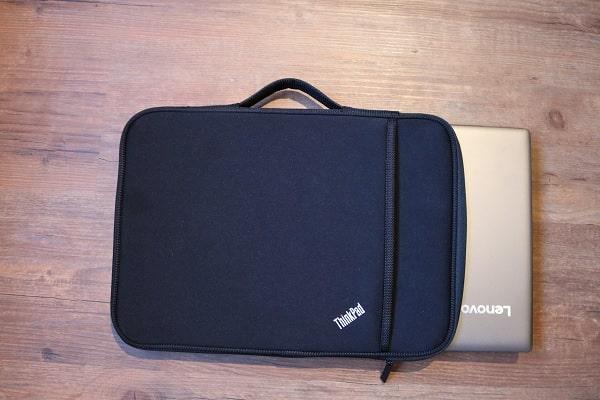 ThinkPad 13インチ スリーブケースにLenovo IdeaPad 320s入れた写真