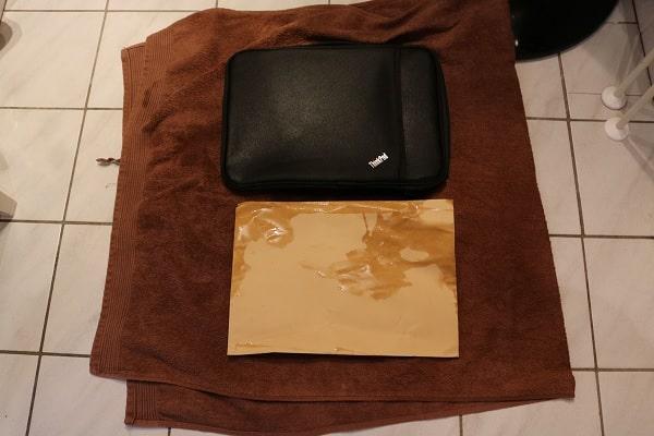水をためたシンクからThinkPad 13インチ スリーブケースを取り出し、中身の封筒を確認