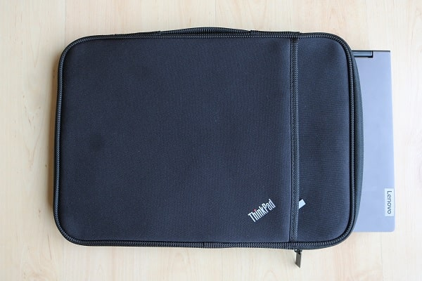 ThinkPad 13インチ スリーブケースにLenovo IdeaPad Flex 550i 14型を入れた写真