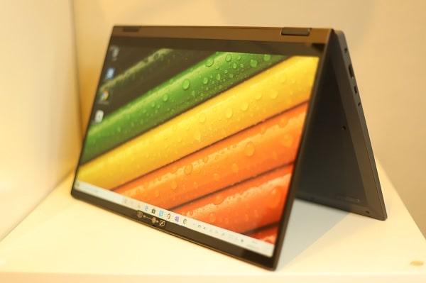 Lenovo Ideapad flex 550 AMD のディスプレイ テントモード