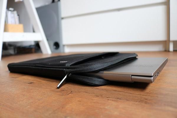 ThinkPad 13インチ スリーブケースにLenovo ThinkBook 13s Gen 2を入れた写真