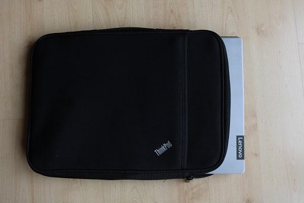 ThinkPad 13インチ スリーブケースにLenovo IdeaPad S540 15型を入れた写真