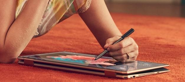 HP Spectre x360 15・付属のペンで絵を描いているところ