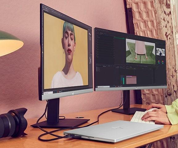 HP Envy 15にモニターを繋げ、画像のリタッチをしているところ