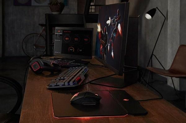 HP OMEN X 2S 15の外観・モニター接続でゲームをしているところ