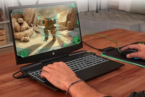 HP Pavilion 15-dk1000(2020年モデル)の外観・ゲームをしているところ
